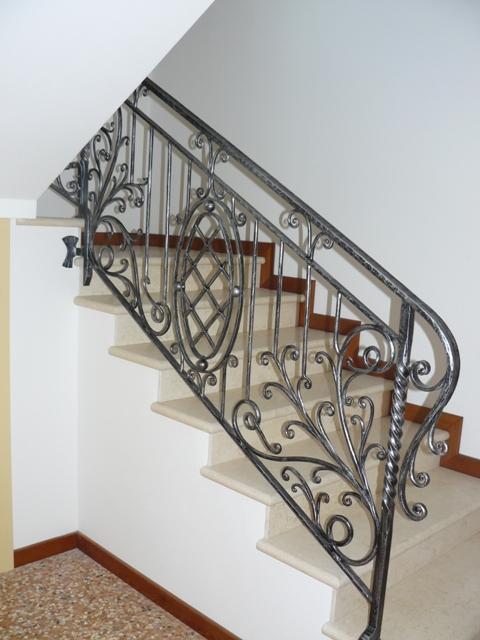 Ringhiere e scale interne rosso ferro battuto - Scale di ferro ...